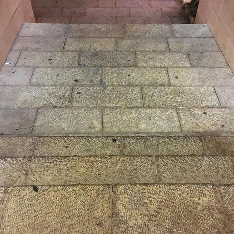 מדרגות כניסה לפני